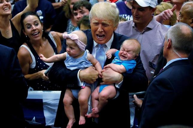 2016年に米国で生まれた赤ちゃんの名前で最も多かったのは、男児が4年連続で「ノア」、女児が3年連続で「エマ」となった。米社会保障庁(SSA)が発表したリストで明らかになった。女児の名前でケラーニ、男児ではカイロが大きく順位を上げた。写真は昨年7月撮影。米大統領選挙の運動中、遊説先で赤ちゃんを抱っこするトランプ候補(当時)(2017年 ロイター/Carlo Allegri)