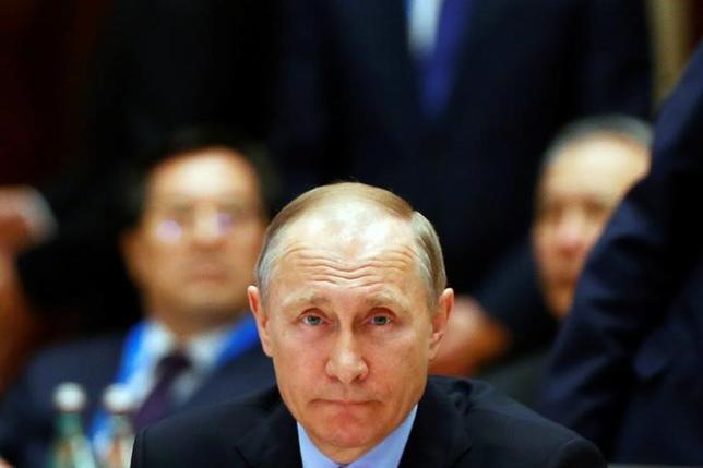 5月15日、ロシアのプーチン大統領は原油の協調減産を2018年3月まで延長する合意について、原油相場の安定確保につながるとの見解を示した(2017年 ロイター/Thomas Peter)