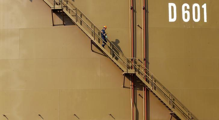 A worker walks down the stairs of an oil tank at Turkey's Mediterranean port of Ceyhan, which is run by state-owned Petroleum Pipeline Corporation (BOTAS), some 70 km (43.5 miles) from Adana February 19, 2014. REUTERS/Umit Bektas