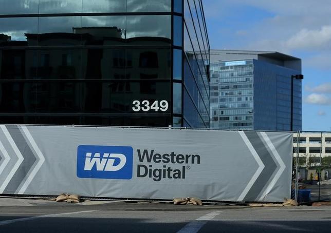 5月16日、世耕弘成経産相は、閣議後の会見で、東芝の半導体メモリー事業売却をめぐる問題で、東芝と米ウエスタン・デジタル(WD)は対立せずに密接にコミュニケーションをとってほしいと述べた。写真は建設中のウエスタン・デジタルのオフィス。米カリフォルニア州アーヴィンで1月撮影(2017年 ロイター/Mike Blake)