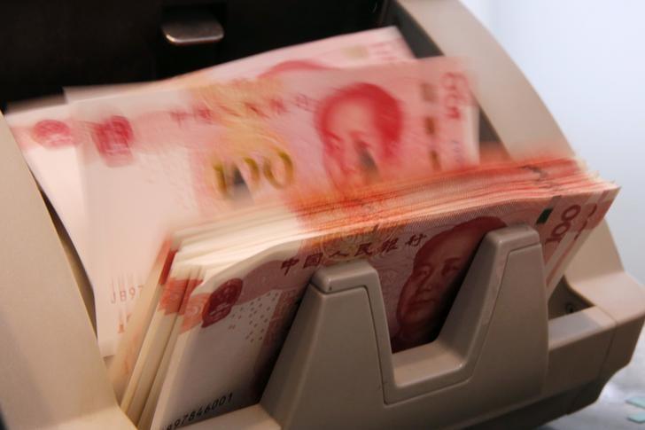 资料图片:2016年3月,北京一家商业银行的柜员在清点人民币纸币。REUTERS/Kim Kyung-Hoon