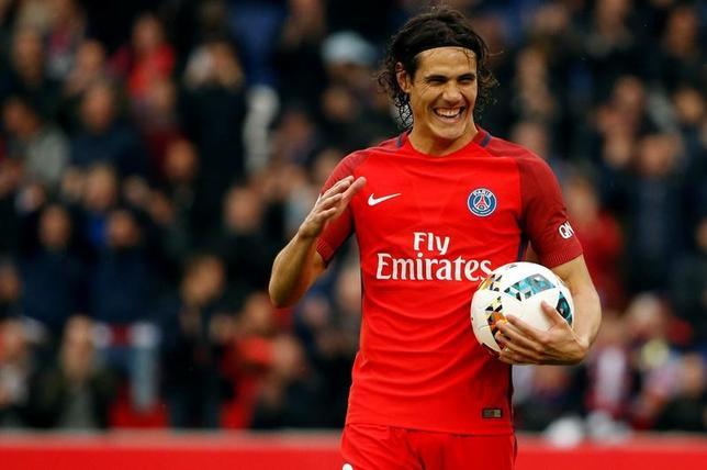 5月15日、サッカーのフランス1部、パリ・サンジェルマンのウルグアイ代表FWエディンソン・カバニは、同リーグの年間最優秀選手に選ばれた。パリで6日撮影(2017年 ロイター/Gonzalo Fuentes)