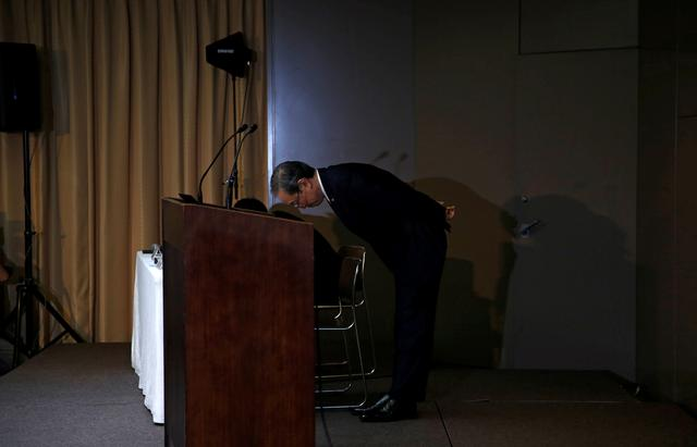Toshiba Corp CEO Satoshi Tsunakawa bows at the end of a news conference at the company's headquarters in Tokyo, Japan May 15, 2017.   REUTERS/Toru Hanai