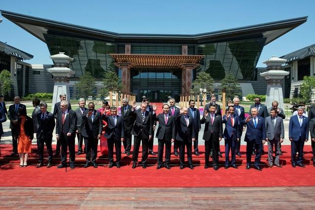 5月15日、中国の経済圏構想「一帯一路」は、中国の政策銀行による低利の融資が重要な財源となっている。しかし事業性が疑わしいプロジェクトに関与した政策銀行や商業銀行、借り手などにとってのリスクも膨らんでいる。写真は北京で15日撮影(2017年 ロイター/Ng Han Guan)