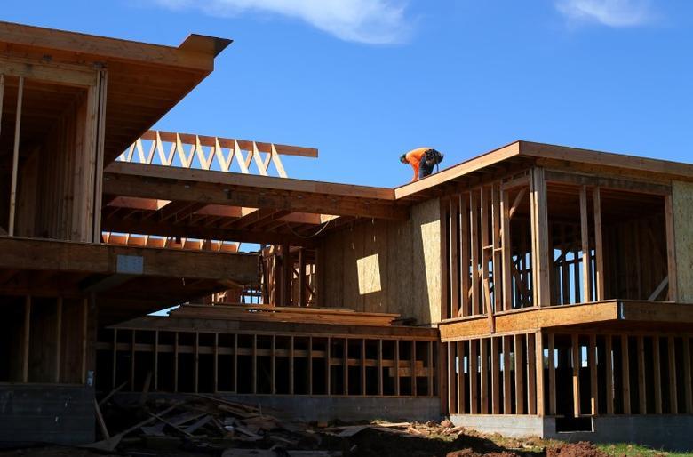 2017年2月15日,美国加州圣迭戈,建筑工人在修筑一座独栋房屋。REUTERS/Mike Blake