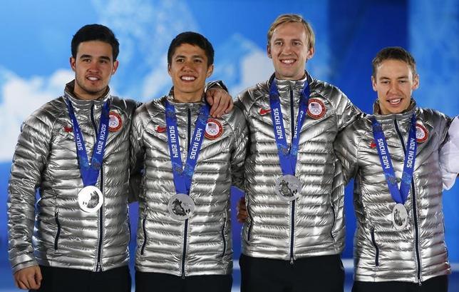 5月16日、米国反ドーピング機関(USADA)は、2014年ソチ冬季五輪のスピードスケート・ショートトラック男子5000メートルリレーで銀メダルを獲得したクリス・クレベリング(写真右から2番目)が禁止薬物に陽性反応を示したとして、4年間の資格停止処分を科したと発表した。2014年2月撮影(2017年 ロイター/Shamil Zhumatov)