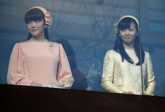 FILE PHOTO: Japan's Princess Mako (L) and Princess Kako, daughters of Prince Akishino and his wife Princess Kiko appear before well-wishers as they celebrate Emperor Akihito's 83rd birthday at the Imperial Palace in Tokyo,  Japan, December 23, 2016. REUTERS/Issei Kato/File Photo