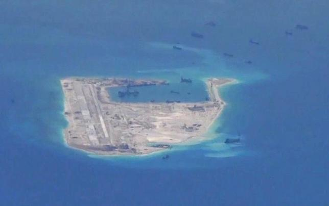 5月17日、中国は、南シナ海スプラトリー(中国名・南沙)諸島のファイアリー・クロス礁にロケットランチャーを設置したことを明らかにした。写真は南シナ海諸島。スプラトリー中国籍の浚渫船が映っている。米海軍提供写真(2017年 ロイター)