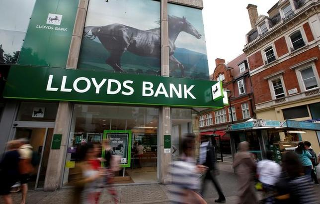 People walk past a branch of Lloyds Bank on Oxford Street in London, Britain, July 28, 2016.  REUTERS/Peter Nicholls - File Photo