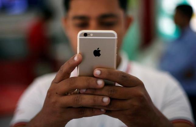 5月17日、音声認識アシスタント機能「グーグル・アシスタント」について、米アルファベット傘下のグーグルは、米アップルの「iPhone」で利用できるようにすると明らかにした。2016年7月撮影(2017年 ロイター/Adnan Abidi)