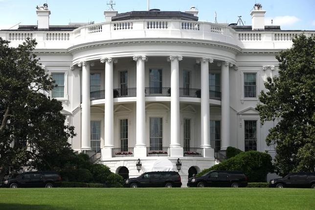 5月17日、米ホワイトハウスは、2018年度の予算案を23日に公表する。行政予算管理局のマルバニー局長が明らかにした。写真はホワイトハウス。ワシントンで14日撮影(2017年 ロイター/Zach Gibson)