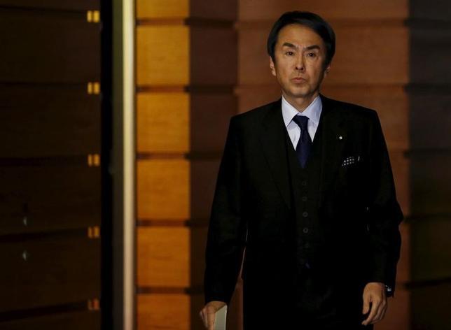5月18日、石原伸晃経済再生相は、1-3月期国内総生産(GDP)速報を踏まえて談話を発表し、景気認識について「雇用、所得環境の改善が続く中で、緩やかな回復基調が続いている」との見方をあらためて示した。首相官邸で昨年1月撮影(2017年 ロイター/Yuya Shino)