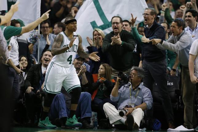 5月17日、NBAは16日、2017年NBAドラフトの指名順位を決めるロッタリーを行い、セルティックスが全体1位指名権を獲得した。写真はセルティックスのアイザイア・トーマス(中央)と声援を送るファン。ボストンで2日撮影(2017年 ロイター/ Greg M. Cooper-USA TODAY Sports)