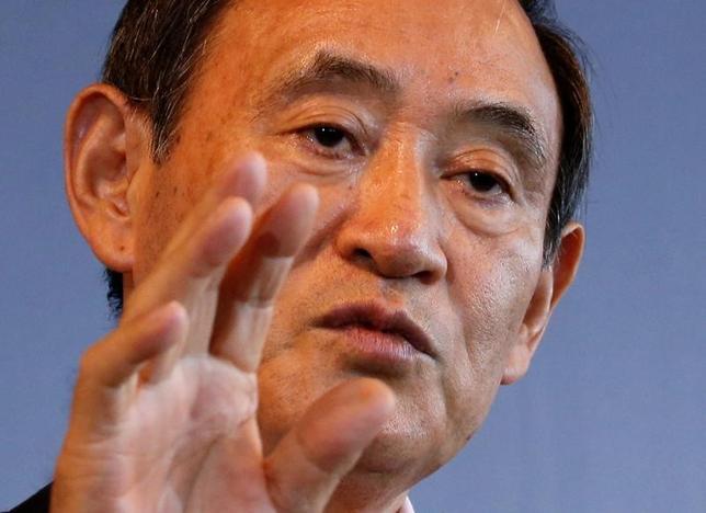 5月18日、菅義偉官房長官(写真)は午前の会見で、この日発表された1─3月期の国内総生産(GDP)速報が前期比プラス0.5%、年率プラス2.2%となったことに関連して「景気は緩やかな回復基調が続いているとの認識に変わりはない」と述べた。写真は都内で昨年8月撮影(2017年 ロイター/Kim Kyung-Hoon)