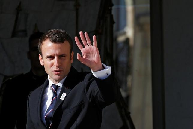 5月17日、調査会社ハリス・インタラクティブの世論調査によると、6月のフランス国民議会(下院)選挙を控え、マクロン大統領(写真)が率いる新政党「共和国前進(REM)」の支持が拡大している。写真はパリで16日撮影(2017年 ロイター/Gonzalo Fuentes)
