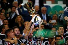 La Juventus le ganó el miércoles 2-0 a la Lazio para quedarse con la Copa Italia y asegurarse el primer título de una temporada que podría ser histórica, ya que está a un paso de quedarse con la Serie A y clasificada a la final de la Liga de Campeones. En la imagen, los jugadores de la Juve celebran la victoria, el 17 de mayo de 2017 en Roma. Reuters / Stefano Rellandini