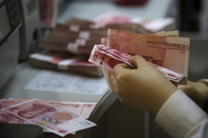 资料图片:2016年4月,北京一家银行的雇员在清点人民币。REUTERS/Kim Kyung-Hoon