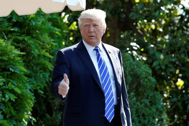 2017年5月17日,美国总统特朗普在经过白宫南草坪时做的手势。REUTERS/Yuri Gripas