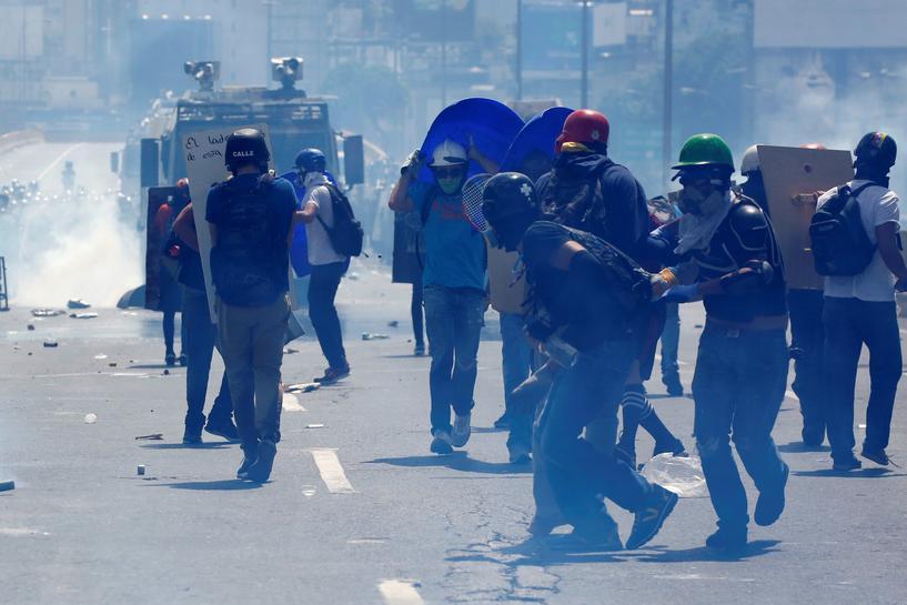 Mayhem rages in west Venezuela; Capriles blocked from U.N. trip