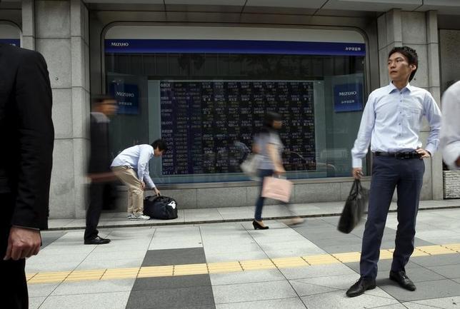 5月19日、前場の東京株式市場で、日経平均株価は前営業日30円59銭安の1万9523円27銭となり、小幅に3日続落した。写真は都内にある証券会社の株価ボード。2015年9月撮影(2017年 ロイター/Issei Kato)