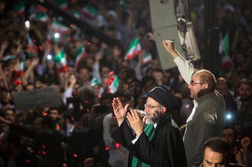 イラン大統領選の投票始まる、現職と強硬派の接戦に