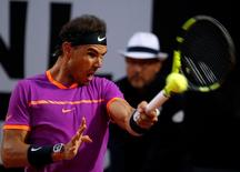 Rafael Nadal se clasificó el jueves para cuartos de final del Abierto de Roma tras derrotar 6-3 y 6-4 al estadounidense Jack Sock, consolidando su extraordinario inicio de temporada en superficie de tierra batida. En la imagen Nadal durante el partido  ante Sock en Roma, el 18 de mayo de 2017. REUTERS/Stefano Rellandini