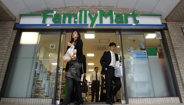 5月19日、ユニー・ファミリーマートホールディングス 傘下のユニー(愛知県稲沢市)は、ナショナルブランド(NB)の食料品266品目について、6月1日から平均7%の値下げを行うと発表した。写真は都内のファミリーマート店舗。2010年11月撮影(2017年 ロイター/Yuriko Nakao)