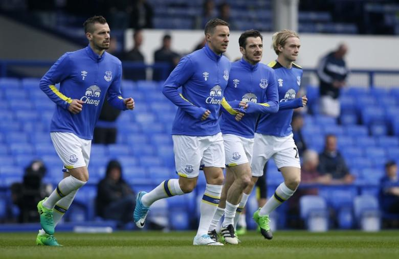 Britain Football Soccer - Everton v Leicester City - Premier League - Goodison Park - 9/4/17 Everton's Morgan Schneiderlin, Phil Jagielka, Leighton Baines and Tom Davies warm up before the match  Reuters / Andrew Yates Livepic