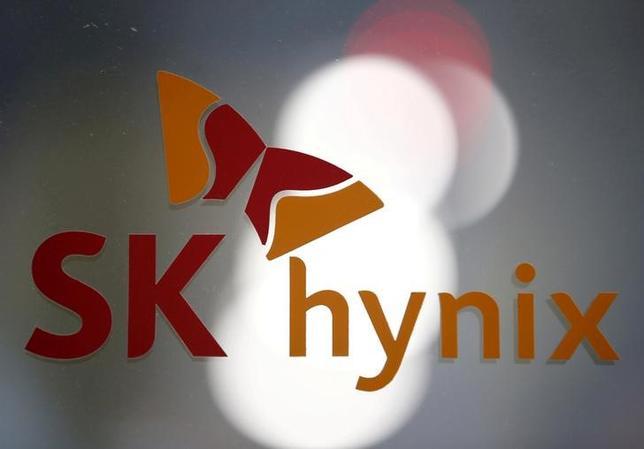 5月19日、韓国の半導体大手SKハイニックスは、東芝による半導体メモリー事業売却の入札について、コンソーシアム(企業連合)の一部として参加すると発表した。写真は4月韓国・城南市の同本社で撮影(2017年 ロイター/Kin HOng-Ji)