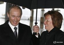 Президент РФ Владимир Путин с женой Людмилой в Москве 2 марта 2008 года. Бывшая жена президента России Владимира Путина помогла создать и опекает фонд, владеющий историческим особняком в Москве, и аренда здания приносит миллионы долларов, свидетельствуют документы, изученные Рейтер. REUTERS/Pool