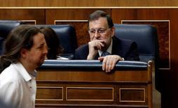 Unidos Podemos presentó el viernes una moción de censura contra el presidente del Gobierno, Mariano Rajoy, por los recientes escándalos de corrupción, una iniciativa con pocos visos de prosperar puesto que no tiene el necesario respaldo de otros grupos. En la imagen, el líder de Podemos, Pablo Iglesias, pasa junto a Mariano Rajoy, en el Congreso, el 19 de julio de 2016. REUTERS/Andrea Comas