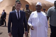 Emmanuel Macron a confirmé vendredi l'engagement militaire de la France au Mali et au Sahel pour la sécurité de la région, évoquant une accélération des opérations contre les groupes djihadistes, lors d'une visite aux troupes françaises, à Gao. /Photo prise le 19 mai 2017/REUTERS/Christophe Petit Tesson