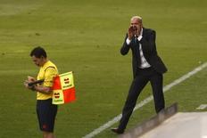 El Real Madrid casi puede acariciar el título de Liga tras cinco años de sequía y sólo necesita un empate en Málaga el domingo para hacerse con el título. En la imagen, a la derecha Zinedine Zidane, enrtrenador del Real Madrid, en un partido entre el Málaga y el Real Madrid en el estadio de La Rosaleda, Málaga, 21/2/16. REUTERS/Jon Nazca