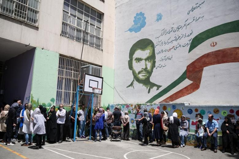 Voters stand in a queue to cast their ballots during the presidential election in a Jewish and Christian district in the center of Tehran, Iran, May 19, 2017. TIMA via REUTERS