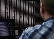 Аналитик в лаборатории, занимающейся кибербезопасностью, в Айдахо-Фолс 29 сентября 2011 года. Центробанк РФ сообщил о зафиксированных случаях компрометации ресурсов российских банков в результате кибератак с использованием вредоносного программного обеспечения Wannacry, хотя ранее регулятор говорил, что пострадавших не было.  REUTERS/Jim Urquhart