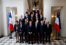 Les Français accueillent favorablement les premiers pas présidentiels d'Emmanuel Macron, approuvé sur son gouvernement et promis, pour l'heure, à un bon score aux législatives au regard des sondages réalisés depuis son accession au pouvoir. /Photo prise le 18 mai 2017/REUTERS/Philippe Wojazer