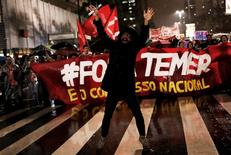 Las esperanzas de que la mayor economía de Latinoamérica pueda salir de la peor recesión de su historia este año se derrumbaron el jueves cuando el presidente de Brasil, Michel Temer, quedó bajo la lupa tras la acusación de que consintió sobornar a un potencial testigo de una gigantesca pesquisa por corrupción. En la imagen, manifestantes participan en una protesta contra Temer en Sao Paulo, el 18, 2017. REUTERS/Nacho Doce