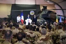 """Emmanuel Macron, en visite auprès des troupes françaises au Mali, s'est engagé vendredi à ne pas risquer les vies des militaires """"pour rien"""", tout en soulignant que l'engagement des forces armées à l'extérieur resterait de """"haute intensité"""". /Photo prise le 19 mai 2017/REUTERS/Christophe Petit Tesson"""