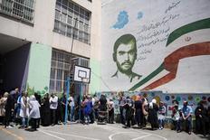Eleitores aguardam em fila momento para votar na eleição presidencial de Teerã 19/05/2017 TIMA via REUTERS
