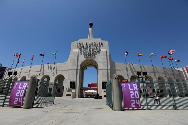 5月19日、国際オリンピック委員会は、2024年の夏季五輪の招致に立候補しているロサンゼルスとパリを24年と28年の2大会に振り分ける可能性について、6月9日の臨時理事会に前倒しして協議すると明らかにした。写真はロサンゼルスのコロシアム。11日撮影(201年 ロイター/Mike Blake)