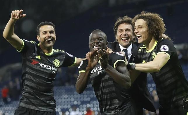 5月19日、サッカーのイングランド・プレミアリーグ、王者チェルシーのMFエンゴロ・カンテ(中央)は、チームは来季タイトル総なめを目指すと述べた。英ウエストブロムウィッチで12日撮影(2017年 ロイター)