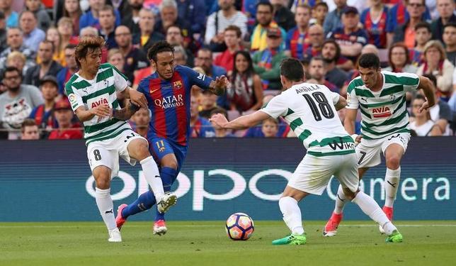5月21日、サッカーのスペイン1部は各地で試合を行い、乾貴士(写真左)が所属するエイバルは敵地でバルセロナに2─4で敗れた。乾はフル出場し、2得点を決めた(2017年 ロイター/Albert Gea)