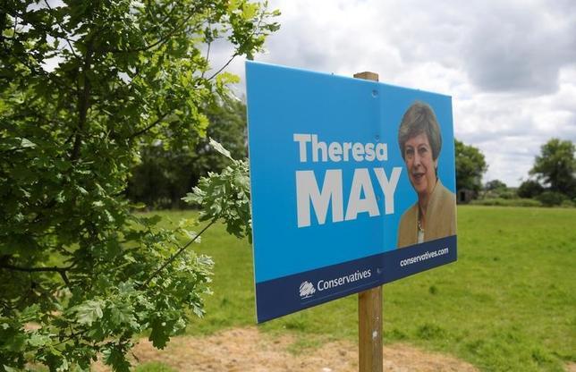 5月20日、複数の世論調査によると、6月8日の英総選挙を前に、メイ首相率いる保守党の野党・労働党に対するリードが縮小した。メイ首相の選挙ポスター、イングランド南部で21日撮影(2017年 ロイター/Toby Melville)