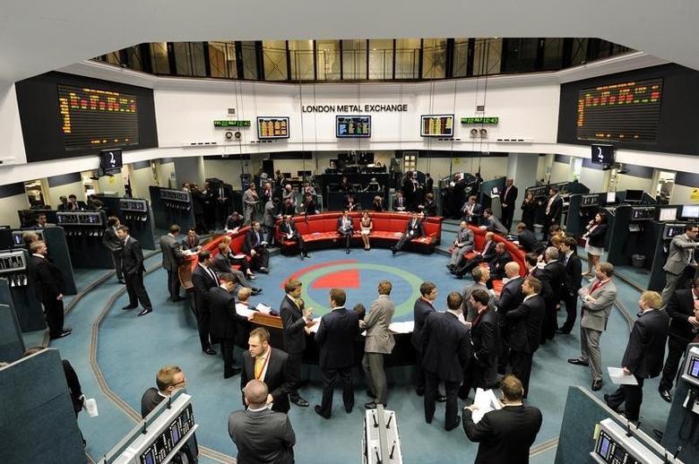 资料图片:2011年7月,伦敦金属交易所(LME)内交易员的工作场景。REUTERS/Paul Hackett