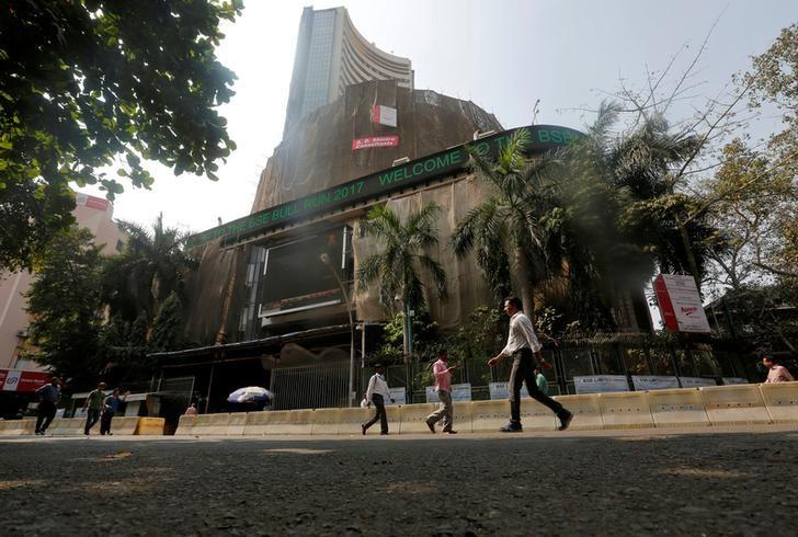 People walk past the Bombay Stock Exchange (BSE) building in Mumbai, India, January 25, 2017.  REUTERS/Shailesh Andrade/File Photo
