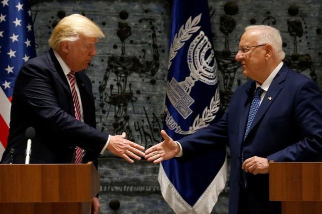 5月22日、トランプ米大統領(写真左)は訪問先のイスラエルで、イランに対する共通懸念がイスラエルとアラブ諸国の多くが結束を強める好機になっているとの認識を示した。(2017年 ロイター/Jonathan Ernst)