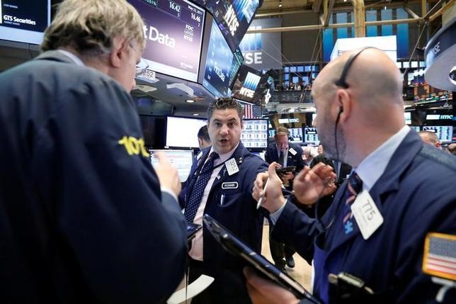 5月22日、米国株式市場は、続伸して取引を終えた。写真はNY証券取引所のトレーダー(2017年 ロイター/Brendan McDermid)