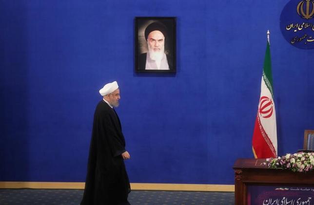5月23日、国営イラン通信(IRNA)によると、続投が決まったイランのロウハニ大統領は22日、フランスのマクロン新大統領と電話で会談し、イランに対して強硬姿勢を取るトランプ米大統領に欧州が追随しないよう望むと伝えた。写真は22日、イラン・テヘランで記者会見に臨むロウハニ大統領。TIMA提供(2017年 ロイター)