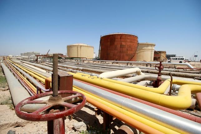 5月22日、石油輸出国機構(OPEC)と非OPEC主要産油国が2018年3月までの減産延長に合意して経済協力開発機構(OECD)の在庫が正常化したとしても、同年後半には原油市場の供給過剰が再燃するリスクがある。ゴールドマン・サックスは調査ノートでこう警告した。写真はイラクの製油所。4月撮影(2017年 ロイター/Essam Al Sudani)