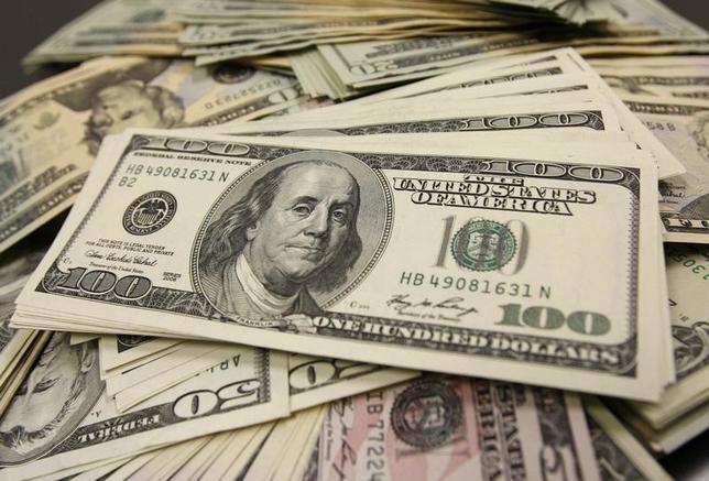 5月23日、正午のドル/円は、ニューヨーク市場午後5時時点に比べ、若干ドル安/円高の111.19/21円。写真は都内で2009年11月撮影(2017年 ロイター/Yuriko Nakao)